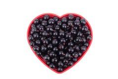 在一个盘的无核小葡萄干以心脏的形式 免版税库存图片