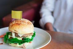 在一个盘的汉堡包在餐馆 免版税库存照片