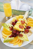 在一个盘的被分类的果子在服务的桌上 库存图片