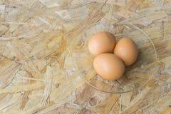 在一个盘的鸡蛋在桌上 库存照片