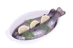 在一个盛肉盘的鳟鱼用柠檬 免版税图库摄影