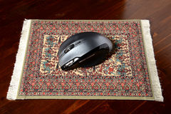 在一个真正的地毯垫的老鼠 免版税库存照片