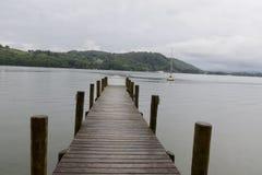 在一个短的码头的长的步行 免版税库存图片