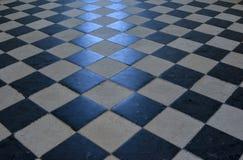在一个石地板上的棋盘样式 图库摄影