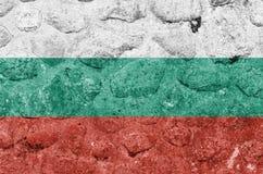 在一个石墙上的保加利亚旗子 向量例证