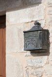 在一个石墙上的土气铁邮箱 库存图片
