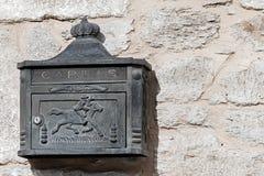 在一个石墙上的土气铁邮箱 图库摄影