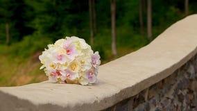 在一个石墙上的婚礼花束