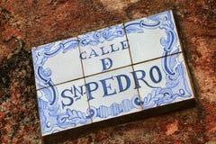 在一个石墙上的路牌在科洛尼亚德尔萨克拉门托,乌拉圭 库存照片