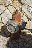 在一个石墙前面的一个紧急消防龙头Albuferia位于葡萄牙 库存图片