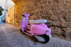在一个石墙的桃红色滑行车,罗得岛 图库摄影