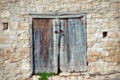 在一个石墙的老被风化的门 塞浦路斯 图库摄影