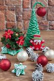 在一个石墙的背景的圣诞节装饰 免版税库存图片