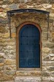在一个石墙的被成拱形的中世纪木门 免版税库存照片
