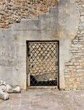 在一个石墙的被成拱形的老门 库存图片