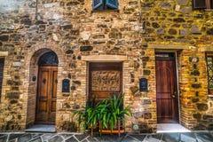 在一个石墙的门在托斯卡纳 免版税库存照片