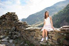 在一个石墙附近的少妇 免版税库存照片