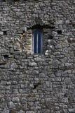 在一个石大厦的老窗口 免版税库存图片