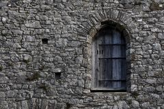 在一个石大厦的老窗口 免版税图库摄影