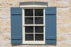 在一个石大厦的被关闭的窗口在Fredericksburg得克萨斯 免版税库存图片
