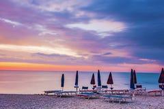 在一个石海滩的日出 库存图片