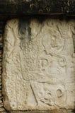 在一个石石碑的玛雅纵的沟纹 库存图片
