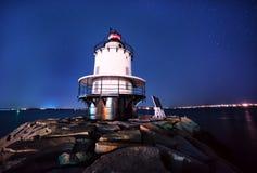 在一个石码头的灯塔在晚上 免版税库存图片