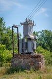 在一个石立场的电子变压器 老高压发电站 免版税库存照片
