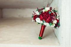 在一个石适当位置的婚礼花束 库存图片