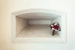 在一个石适当位置的婚礼花束 库存照片