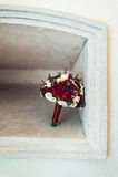 在一个石适当位置的婚礼花束 免版税库存图片