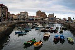 在一个码头的小船在西班牙的北部 库存图片