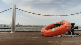 在一个码头的Lifebuoy在海 游泳、旅游业、休闲 股票录像
