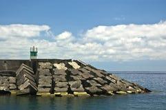 在一个码头的一座灯塔在Ribeira Quente 免版税库存照片