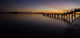 在一个码头的另一日落在Coron海岛,巴拉望岛,菲律宾上 免版税库存照片
