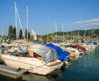 在一个码头的小船在楚格湖在瑞士 免版税库存图片