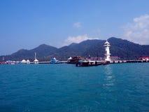 在一个码头的灯塔在张岛 免版税库存图片