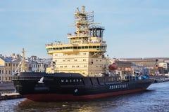 在一个码头的柴油发动的破冰船莫斯科在英国堤防 库存照片