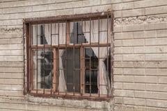 在一个砖墙上的孤立窗口在墨西哥村庄 免版税库存照片
