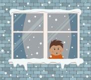 在一个砖墙上的窗口在一多雪的天 一个小男孩在屋子里惊奇,看雪 向量例证
