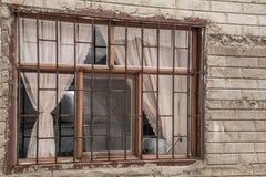 在一个砖墙上的老,但是可爱的窗口在墨西哥村庄 库存照片