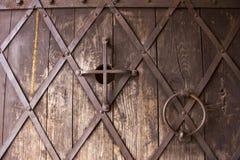 在一个砖墙的老金属门在城堡 免版税库存图片