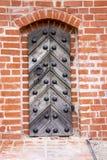 在一个砖墙的老金属门在城堡 免版税库存照片
