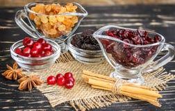 在一个碗、蔓越桔、桂香和茴香的葡萄干在木ta 免版税库存图片