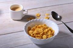 在一个碗和盖帽的玉米片谷物用浓咖啡咖啡 早晨早餐 免版税库存照片