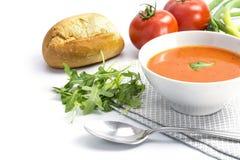 在一个碗有小圆面包的和芝麻菜的蕃茄汤在白色ba 免版税图库摄影