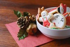 在一个碗的五颜六色的圣诞节曲奇饼有欢乐装饰的 库存照片