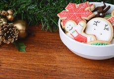 在一个碗的五颜六色的圣诞节曲奇饼有欢乐装饰的 免版税库存照片