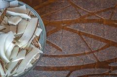 在一个碗的切好的椰子在一张木桌上 库存图片