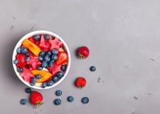 在一个碗的可口水果沙拉在灰色背景 图库摄影